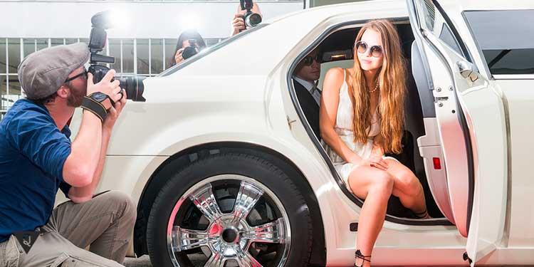 девушку выходящую из машины фотографируют