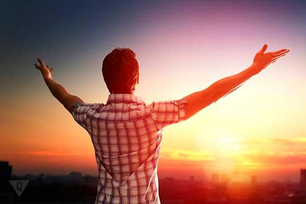 мужчина раскрыл руки навстречу закату