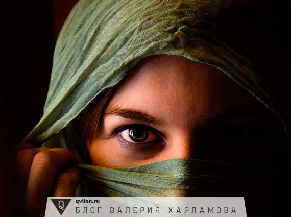 взгляд девушки в платке