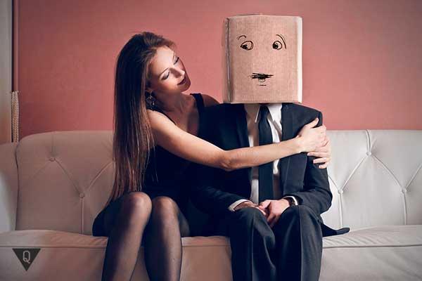 мужчина стесняется рядом с женщиной