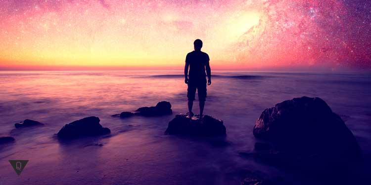 человек стоит на берегу на фоне красивого заката