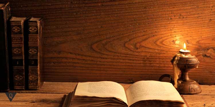 книга раскрытая при свече