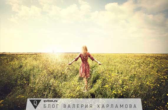 девушка гуляет в поле