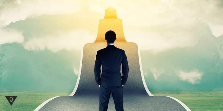 человек стоит на дороге в небо