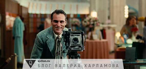 мужик с фотоаппаратом со вспышкой