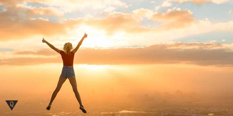 женщина прыгает на закате