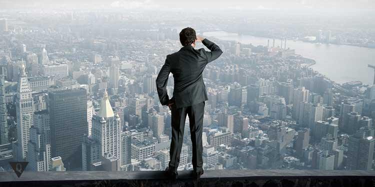 человек смотрит на город с высоты