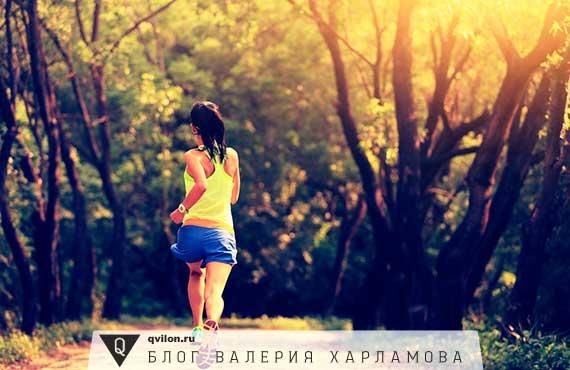 девушка бегает в лесу
