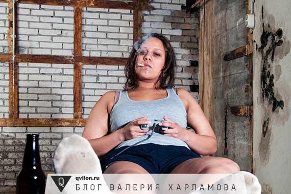 женщина играет в компьютерные игры