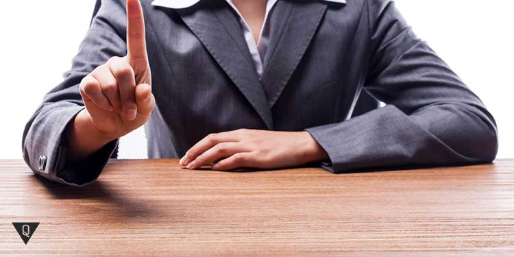 жест указательным пальцем