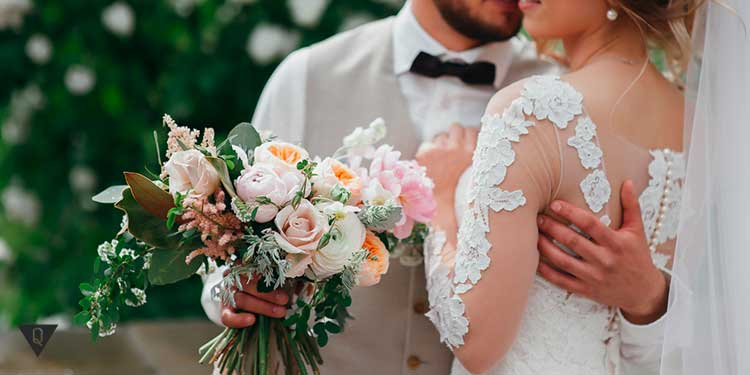 невеста в обонимку с женихом