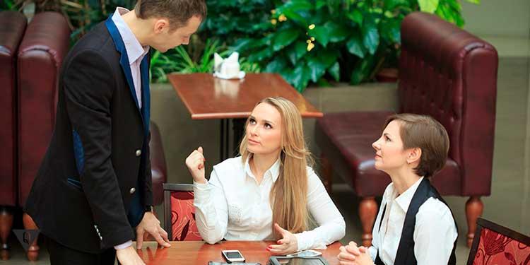 парень знакомится с женщинами в ресторане