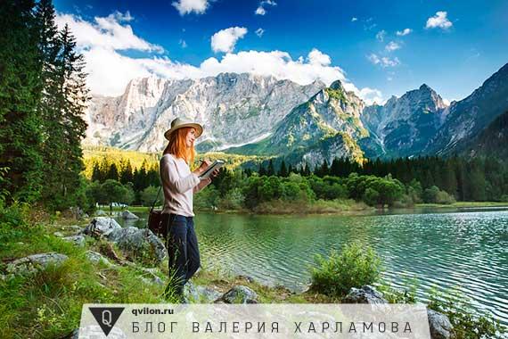 девушка рисует на берегу озера