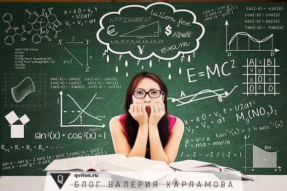 японка на фоне доски со сложными уравнениями