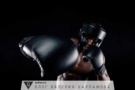 мужчина тренируется боксу