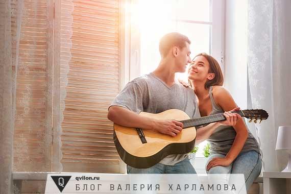 мужчина играет на гитаре девушке