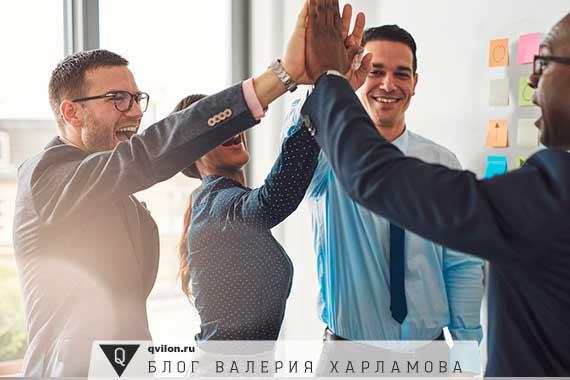 команда людей пожимают руки