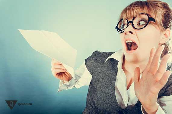 девушка испугалась бумажного самолетика