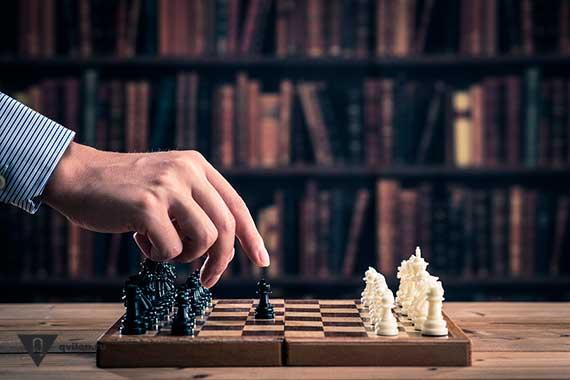 рука ходит пешкой в на шахматной доске