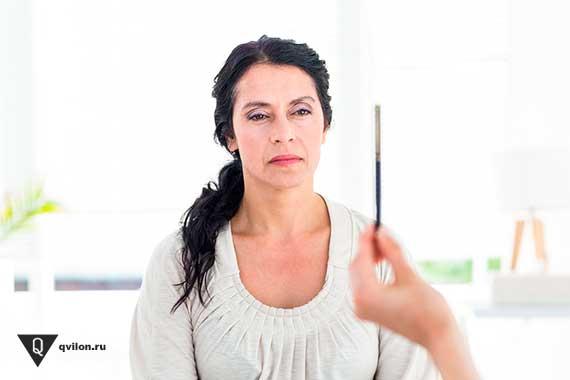 сидящей женщине показывают карандаш
