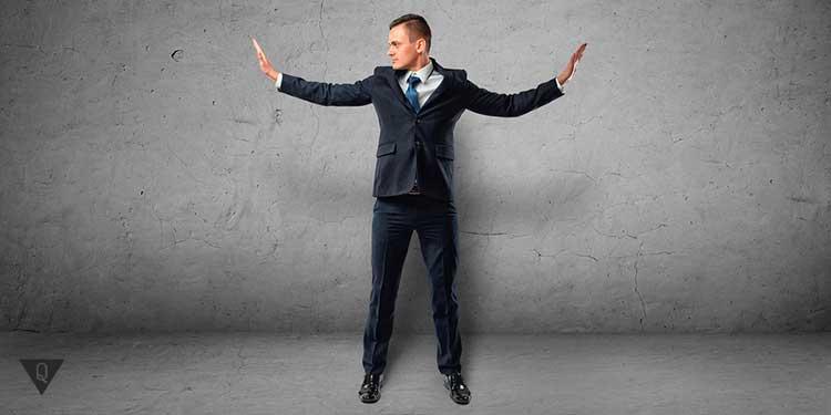 человек в костюме поднял руки в стороны