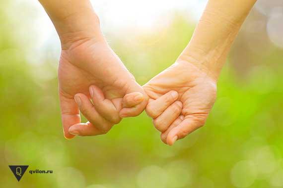 две руки держатся за мезинцы