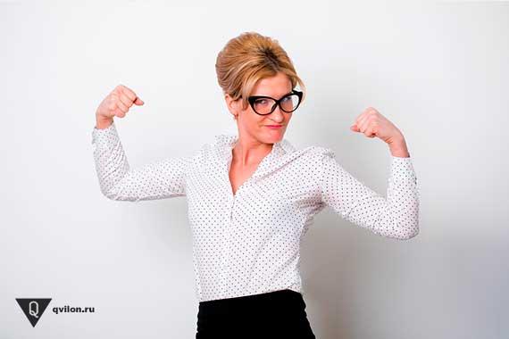 сильная женщина в очках