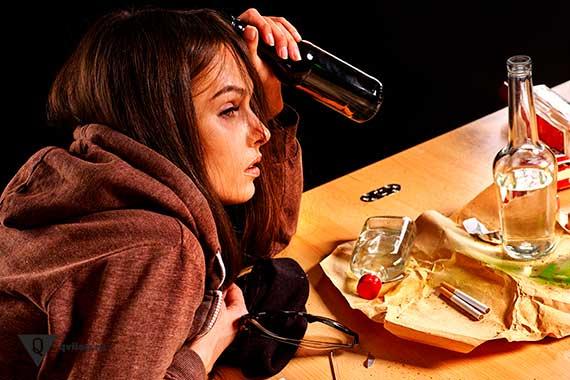 девушка пьёт алкоголь и курит
