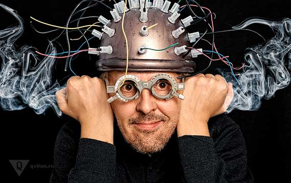 у мужчины в шлеме с проводами идет дым из ушей