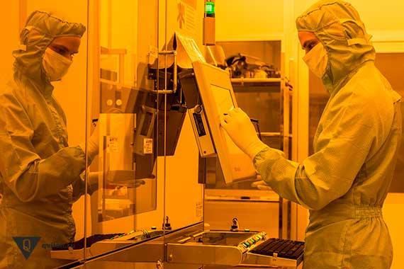 человек в защитном костюме работает в лаборатории