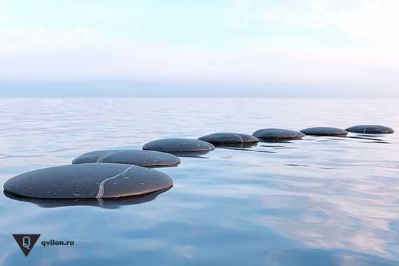гладкие камни на поверхности воды