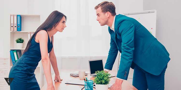 Девушка с мужчиной спорят на работе