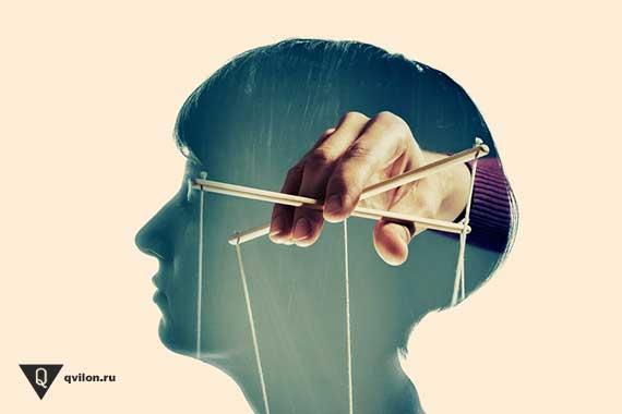 в голове человека нарисована рука марионетчика