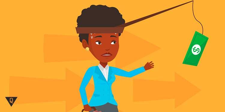 чернокожая женщина бежит за долларом привязанным к голове