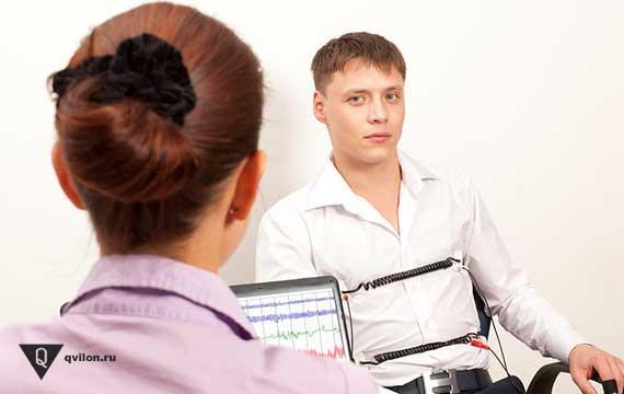 парень проходит тест на полиграфе