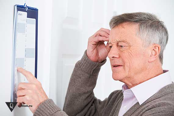 дедушка что то забыл смотря в календарь