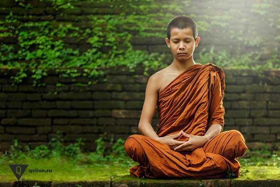 тибетский монах медитирует