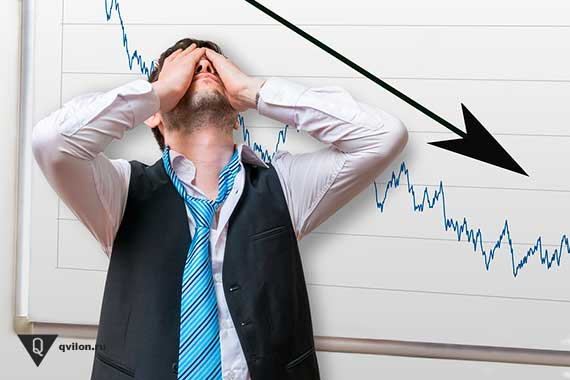 расстроенный мужчина на фоне падающего графика