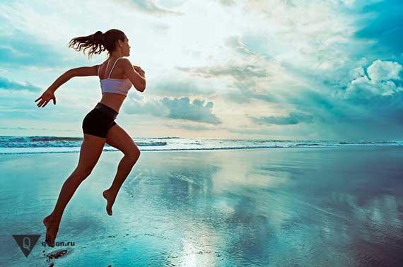девушка бежит по воде