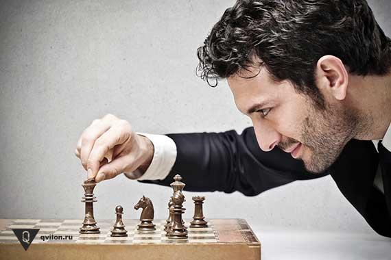 мужчина играет в шахматы