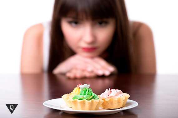 девушка смотрит на пирожные