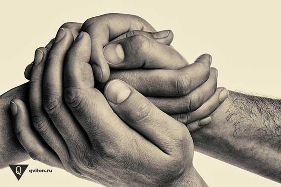 мужские руки держут женскую руку