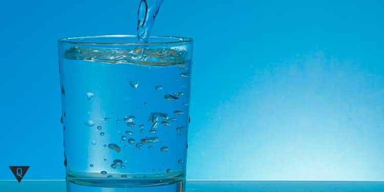 голубая вода наливается в стакан