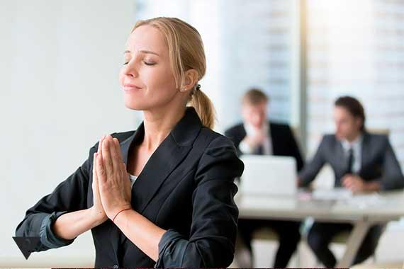 бизнес леди делает дыхательные практики