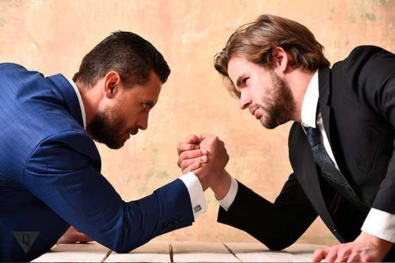мужчины борются на руках