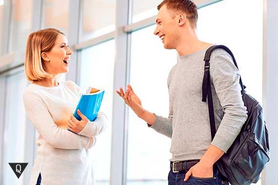 парень разговаривает с девушкой