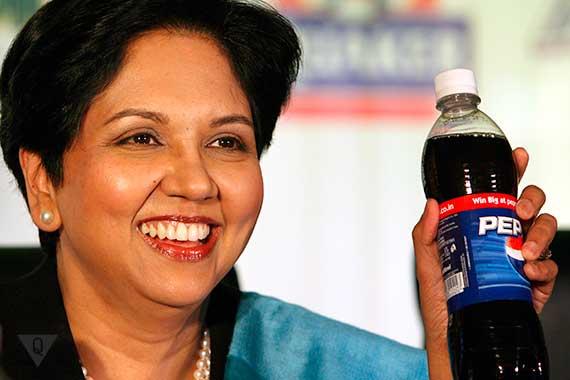 индра нуйи держит бутылку пепси
