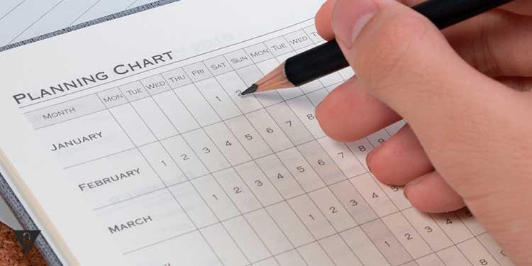 мужчина планирует даты в календаре