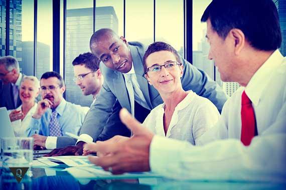 бизнесмены на совещании что то обсуждают