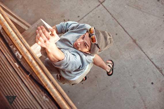 мужчина висит на высоте